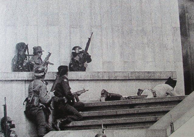 Soldados del Ejercito esperan la entrada de los tanques Cascabel, para avanzar con su cobertura hacia el interior de las edificaciones tomadas por el M-19 pocas horas antes