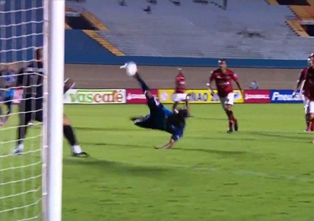 El gol del delantero del Goianésia-GO, Wendell Lira, contra el Atlético-Go