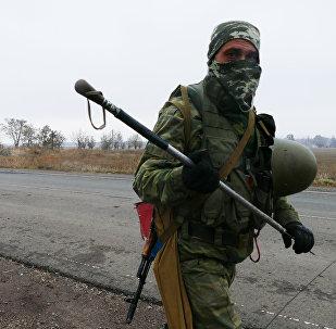 Un milicia del este de Ucrania en las afueras de Donetsk
