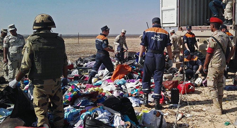 Rescatistas en el lugar del siniestro del Airbus A321 en Egipto