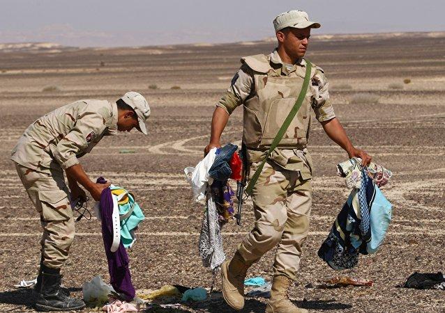 Militares egipcios en el lugar del siniestro del Airbus A321 ruso en Egipto