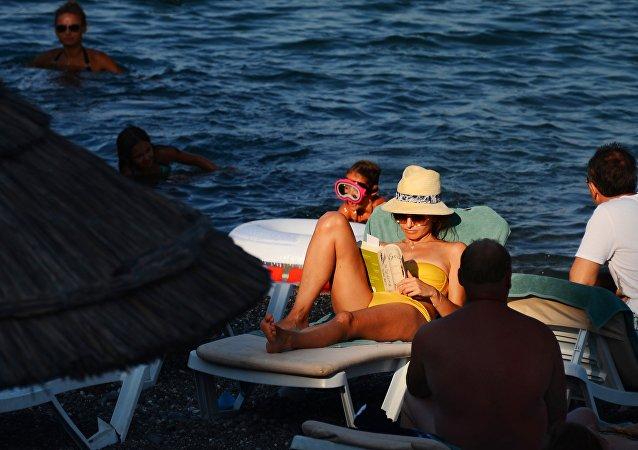 Turistas toman el sol en una playa de Alushta, Crimea