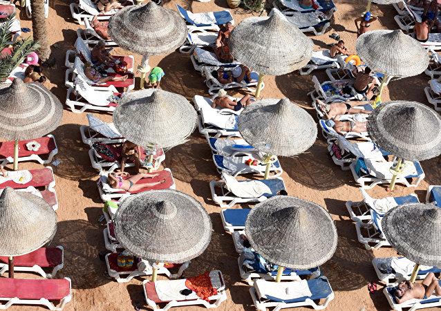 Turistas en la playa de Sharm el-Sheikh