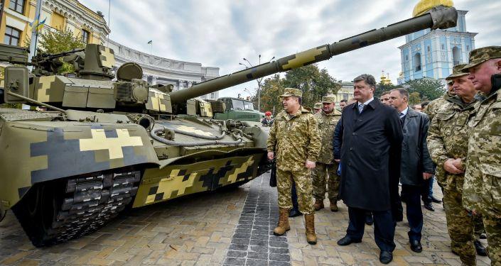 El presidente de Ucrania, Petró Poroshenko, visita la exposición de la técnica militar organizada con motivo del Día del Defensor de Ucrania
