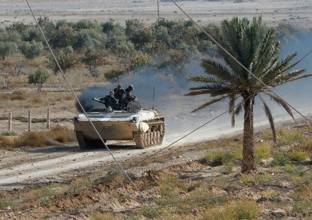 Soldados del Ejército sirio en un coche blindado cerca la ciudad de Palmira