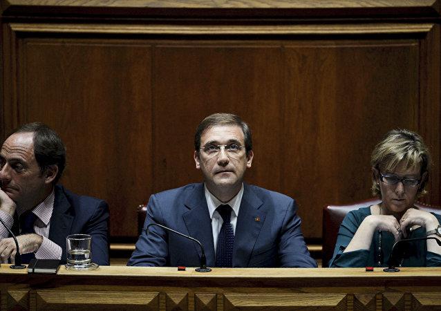Viceprimer ministro Paulo Portas, primer ministro Pedro Passos Coelho y ministra de Estado y de las Finanzas Maria Luis Albuquerque durante los debates en el Parlamento de Portugal, 9 de noviembre de 2015