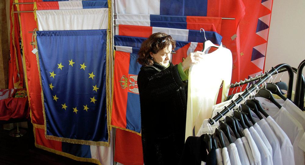 Banderas de Sebia y la UE en una tienda en Belgrado