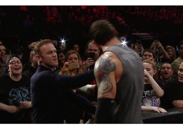 Futbolista Rooney tumba de una bofetada a un luchador de WWE