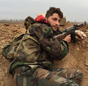 Militar sirio en el aeropuerto de Deir Ezzor (archivo)
