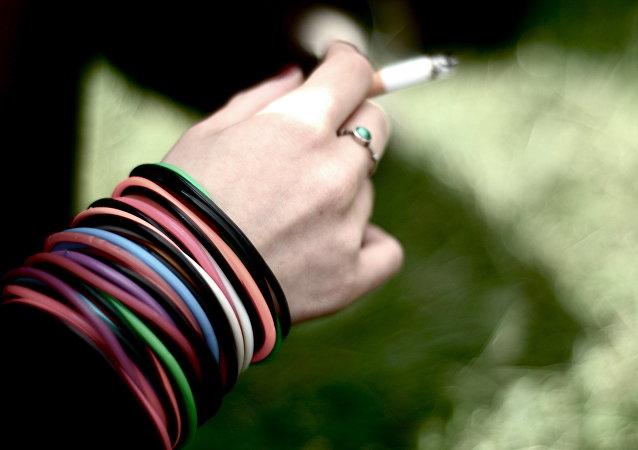 Una joven fuma un cigarrillo (Archivo)