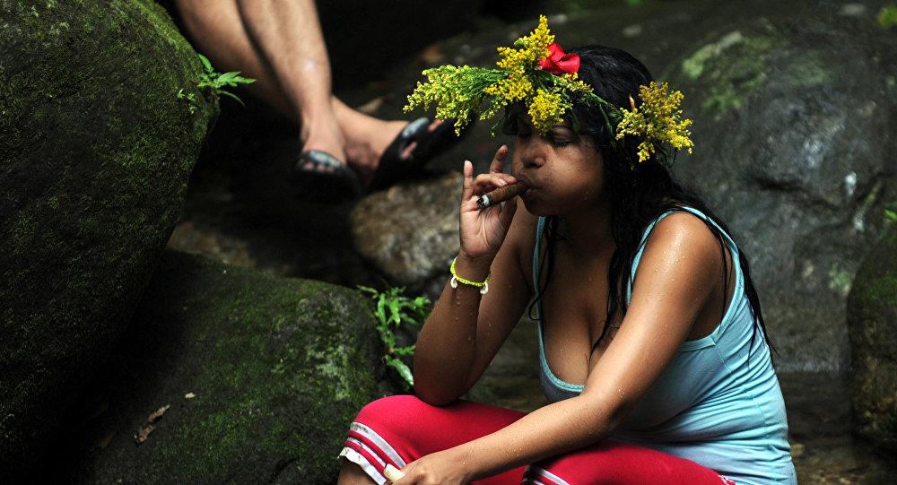 Una joven fuma un puro
