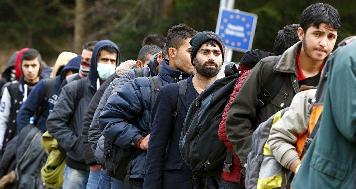Los refugiados atraviesan la frontera entre Austria y Alemania