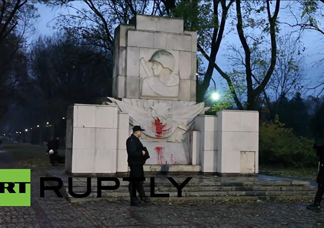 Un monumento al Ejército Rojo profanado por los vándalos polacos
