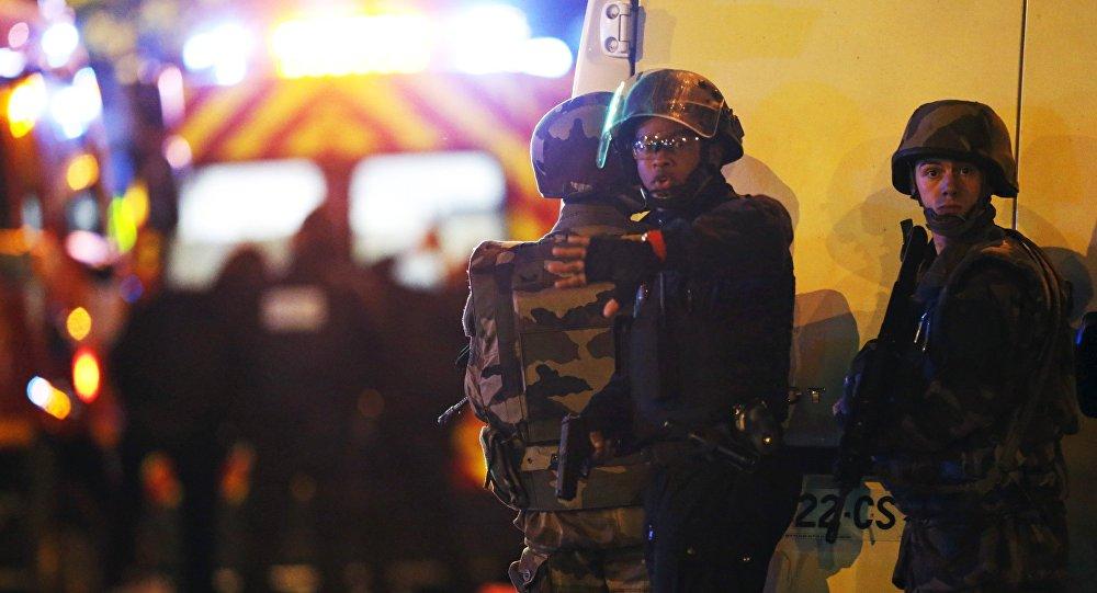 Fuerza de Seguridad de Francia rodeando el territorio de la sala de conciertos Bataclan ocupada por terroristas, el 13 de noviembre de 2015