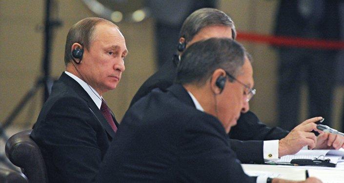 Vladímir Putin y canciller de Rusia, Serguéi Lavrov (dcha.)