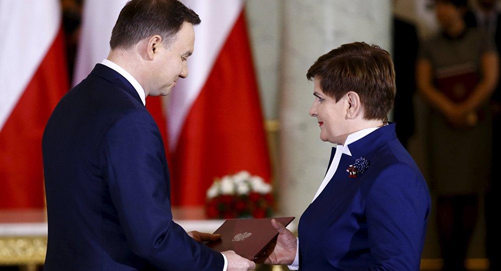 Presidente Andrzej Duda y primer ministra Beata Szydlo durante la ceremonia del nombramiento del nuevo Gobierno polaco
