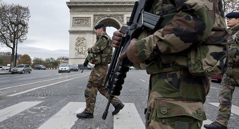 Soldados franceses en la Avenida de los Campos Elíseos en París