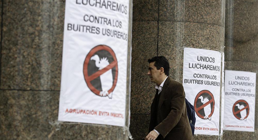 Signos apostados en la entrada del Ministerio de Economía de Argentina