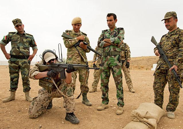 Soldado alemán entrena a los combatientes Peshmerga
