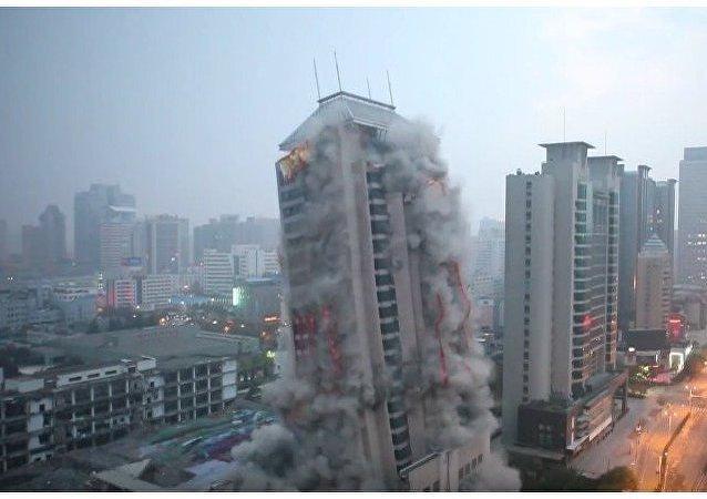 Destrucción de un rascacielos de 118 metros