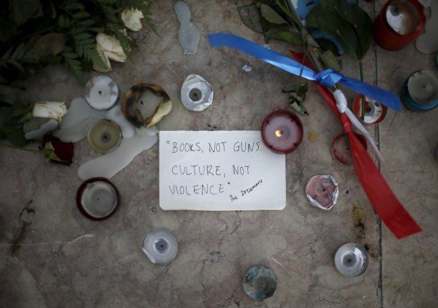 Velas, flores y mensaje en homenaje a las víctimas de los atentados en París
