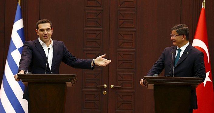 Primer ministo griego Alexis Tsipras y primer ministro turco Ahmet Davutoglu en un encuentro en Turquía