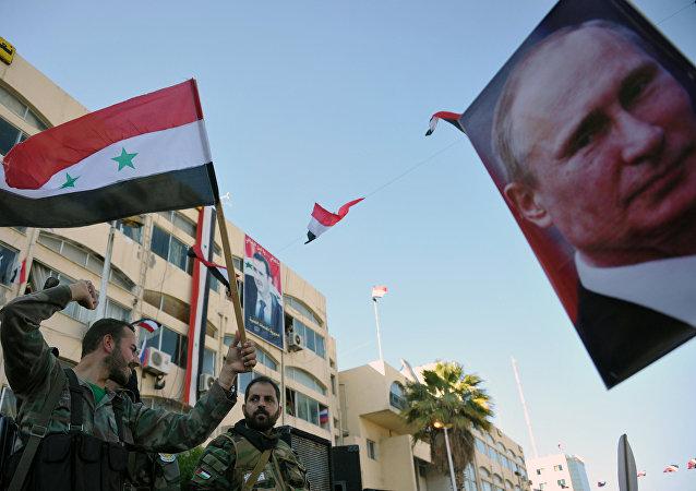 Retrato del presidente ruso, Vladímir Putin, y banderas de Siria