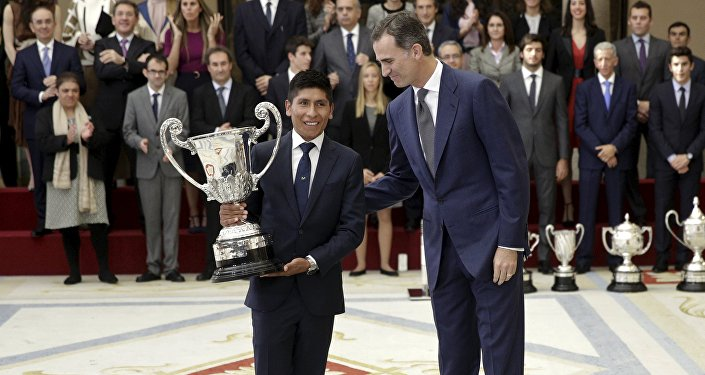 El ciclista colombiano Nairo Quintana y el rey Felipe VI de España