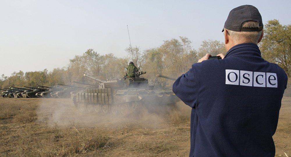 Un observador de la OSCE registra la retirada de tanques en la localidad de Stajanov, bajo control de las fuerzas de la RPL. 20 de octubre de 2015