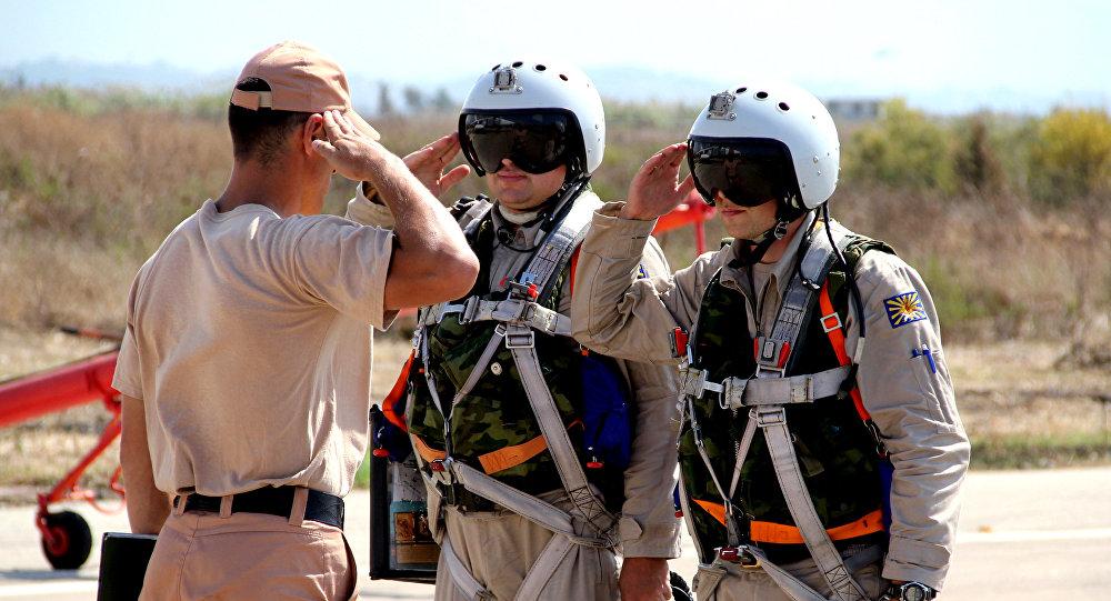 Pilotos rusos en el aeródromo de Hmeymim en Siria