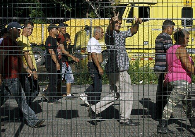 Migrantes cubanos caminan al esperar la apertura de frontera entre Costa Rica y Nicaragua en Peñas Blancas, Costa Rica