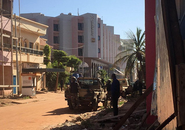 Soldados malienses frente al hotel Radisson Blu en Bamako