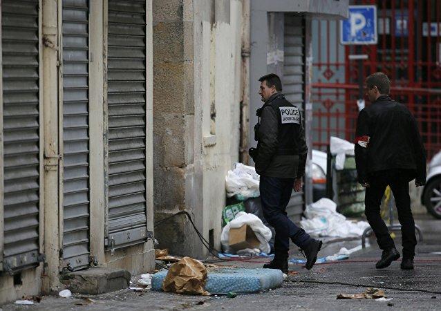 Policía frances en el lugar de tiroteo que se produjo en afueras de París