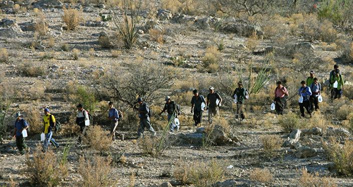 Migrantes mexicanos intentan de cruzar la frontera entre México y EEUU