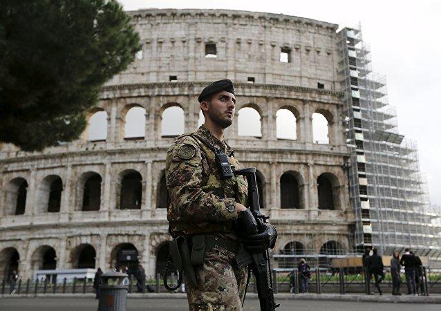 Soldado del Ejército italiano hace guardia enfrente del Coliseo de Roma