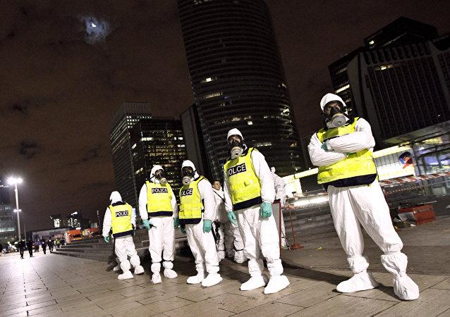 Policías franceses con trajes de protección NBQ