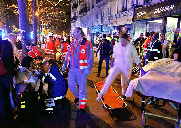 Trabajadores de rescate y médicos ayudan a las víctimas del atentado en la sala de conciertos Bataclan