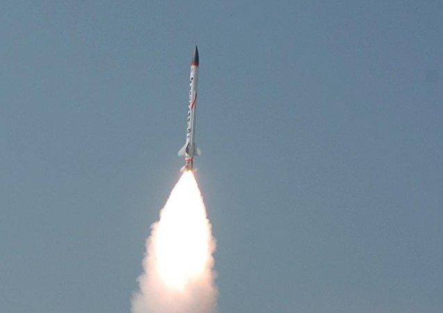 Lanzamiento de prueba de un cohete interceptor supersónico del proyecto AAD (Archivo)