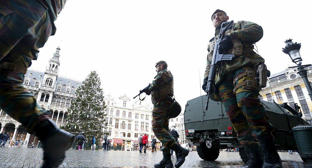 Soldados belgas patrullan la Grand Place de Bruselas