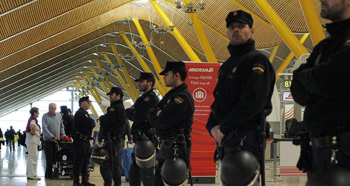 Policías españoles en el aeropuerto de Barajas en Madrid