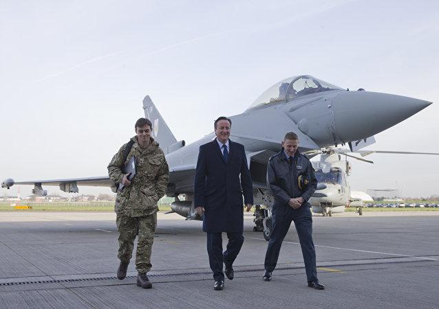 David Cameron, primer ministro del Reino Unido (centro)