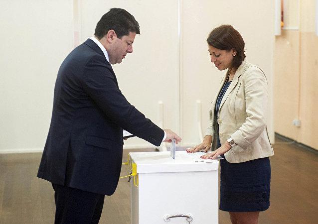 Ministro principal de Gibraltar, Fabian Picardo en un local de votación