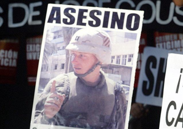 Hermano de José Couso, Javier Couso, en una manifestación en frente de la embajada de EEUU en España