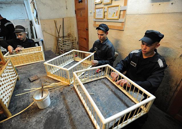 Reclusos fabrican muebles en una cárcel de Ekaterimburgo
