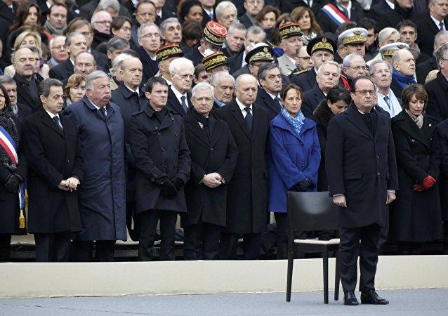 Presidente de Francia, François Hollande, y miembros de Gobierno de Francia rinden tributo a los fallecidos en los atentados del 13 de noviembre en una ceremonia de conmemoración