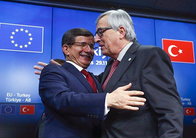 Primer ministro de Turquía, Ahmet Davutoglu, y presidente de la Comisión Europea, Jean-Claude Juncker