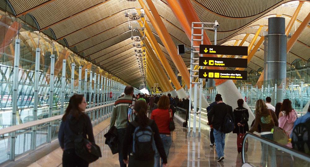 Los pasajeros en el Aeropuerto Barajas de Madrid (Archivo)