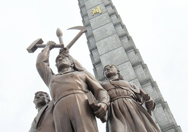 Escultura de obrero, campesino y intelectual y Torre Juche en Pionyang