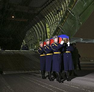 El avión con el cuerpo del piloto Oleg Peshkov en el aeródromo Chkálovski