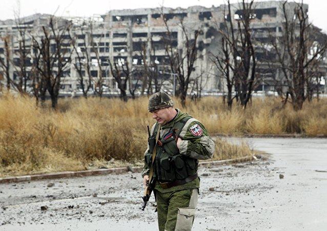 Un miliciano cerca de los edificios destruidos en Donetsk